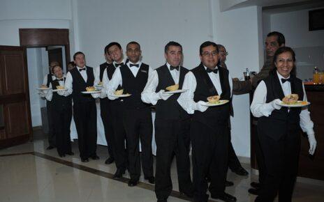 Jak powinni ubrani być kelnerzy podczas uroczystych przyjęć?
